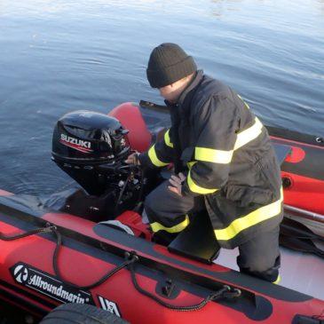 Hrobečtí hasiči se poprvé plavili po Labi na novém člunu