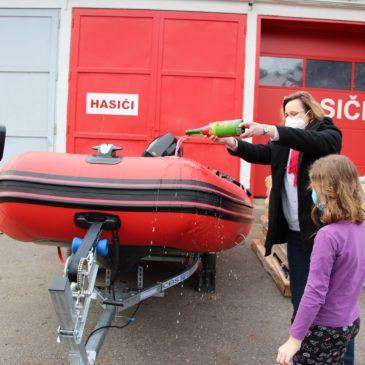 Nový zásahový člun může kamýckým dobrovolným hasičům zásadně pomoci při povodních
